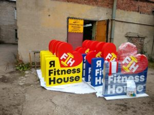 ростовые фигуры Fitness House для входной группы